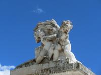 Ограду дворца по периметру украшают скульптуры, например, такие то ли пупсы, то ли амуры.