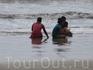 Местные сидят на берегу и роют ямки, я долго не мог понять че они творят...