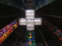Собор имеет сходство с огромной пирамидой майя. Построен в 1976 году и способен вместить более 20000 человек.