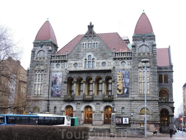 Еще раз это красивое здание, к сожалению, не знаю, что здесь расположено.