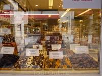 Шоколад  пралине  на любой вкус и  предпочтение, мимо  витрины пройти трудно,хочется что то попробовать!