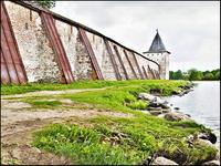 Крепостная стена со стороны Сиверского озера.