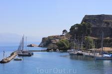 В поселке есть пристань, откуда отправляются экскурсионные кораблики. Лучше покупать экскурсию на пристани, проходит на английском языке. Стоит дешевле ...