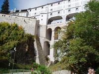 Замковый мост или еще он имеет название плащевого моста. Плащевой мост построен в 1767 году и представляет собой трёхэтажный переход между жилой частью замка, садом и театром.