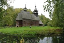 В музее деревянного зодчества собраны деревянные храмы , избы , амбары -со всей области.