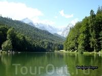 Небольшое, но очень красивое озеро за пределами Гармиша-Партенкирхена.