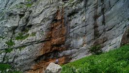 А здесь спадает второй 150 метровый водопад,правда в это время он практически пересох,зато весной он оживает в полную силу