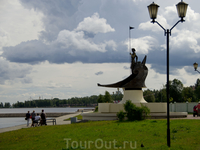 «Онего» — это стройный молодой воин в ладье, подаренный Петрозаводску Ленинградской областью. В одной руке юноша держит копье, другой рукой опирается на щит, на котором высечена надпись «Петрозаводск