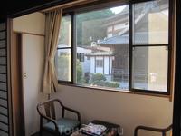В номере было довольно большое окно с раздвижными рамами