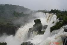 Протяженность зоны водопадов на Аргентинской стороне 1900 метров. Здесь больше водопадов и подойти к ним можно ближе, чем на Бразильской стороне