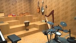 В музее музыки есть полностью звукоизолированная комната, где можно поиграть на самых разных инструментах.