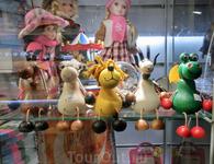 Центральные улицы Праги - рай для любителей покупать сувениры. Из Праги, например, можно привезти вот такие забавные деревянные игрушки.