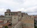 На фото хорошо видно, что стены собора являются части городской стены, общего оборонительного рубежа.