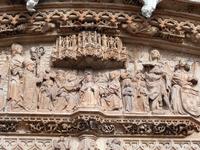 Автор всего этого резного великолепия Simón de Colonia. На фото - нижняя часть фасада церкви.