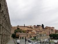С одной стороны Акведука - plaza Azoguejo, с другой - plaza de Artilleria. На plaza de Artilleria расположена Академия Артиллерии.