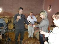 Дегустация прямо из бочки молодого вина.