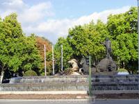 Фонтан Нептун, тот самый, из тройки фонтанов. Установлен на Plaza de Cánovas del Castillo. Был открыт в 1786 году. Если фонтан Сибелес - место празднования ...