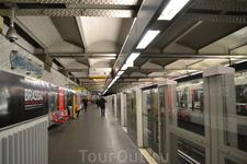 метро.Платформа когда первый раз попадаешь в метро Парижа,то испытываешь шок.что то среднее между подвалом и бомбоубежищем.