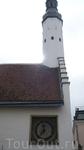 У входа в церковь  исправно отсчитывают время часы XVII века.