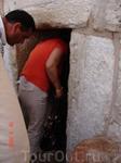 В базилику ведет узкий проход («врата смирения»), что заставляет каждого входящего низко склонить голову, как бы кланяясь Самому Младенцу.