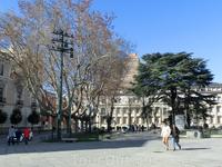 Площадь Сан Пабло очень большая. Если смотреть на собор, то слева от него - сквер с памятником королю Филиппу II.