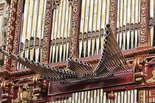 Огромный орган, их там аж четыре и недавно построили пятый для синхронизации их всех!
