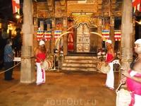 Служба в храме Зуба Будды.