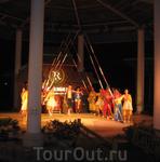 Случайно попали на  концерт вьетнамских  танцев в  близлежайшем  парке. В  конце  зрителям  предлагают  станцевать с этими  палочками, интересно  перепрыгивая ...
