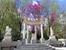 На площади по кругу установлены бюсты 12 императоров.