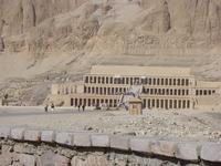 Храм ХАТШЕПСУТ  В Луксоре, в &quotгороде мертвых&quot, у крутой скалы стоит хорошо сохранившийся храм царицы Хатшепсут. Царица на протяжении многих лет будила фантазию романистов и загадывала египто