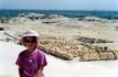 У стен заупокойного храма Хатшепсут в Дейр-эль-Бахри