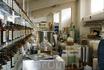 Здесь работают лаборанты. По рецепту главного парфюмера фабрики они создают ароматы.