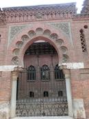 Его никак не получалось сфотографировать целиком, поэтому на фотографиях только кусочки этого потрясающего здания. Дворец в стиле неомудехар построил в 1884 году Manuel José Laredo y Ordoño как резиденцию для своей семьи. Он был интересной личностью, реставратором, строителем и художником. А кроме того, в 1891-93 годах он был алькальдом (мэром) города.