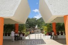 """А это вход в археологическую зону Ушмаль. Ушмаль (""""трижды построенный""""), поселение майя позднего Классического периода, один из самых сложных и гармоничных ..."""