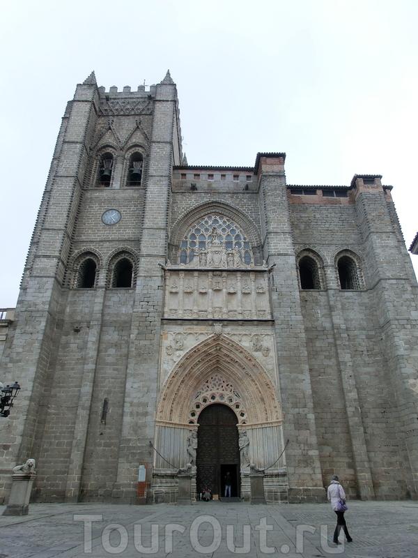 Автором проекта собора был французский архитектор Fruchel, который привнес в первоначальный план собора немного французской готики. Готический главный портал собора коронует фигура Sun Miguel, а колокольня, находящаяся слева, возносится ввысь на 42 метра ...