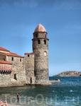 Главная достопримечательность Коллиура - возвышающаяся прямо из моря часовня церкви Нотр-Дам дез-Анж, которая сейчас играет роль маяка в бухте Коллиур