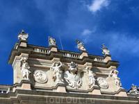 Фронтон дворца.
