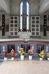 Одно из зданий китайского кладбища. Захоронение одной семьи. Пустые черные таблички означают, что человек еще жив и это его будущее место после смерти ...