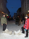 Улица Rüütli с необычными скамейками и башмаками на любую ногу:)
