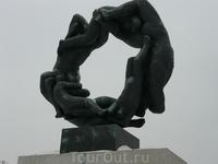 А эта вот скульптура символизирует круговорот жизни и смерти.