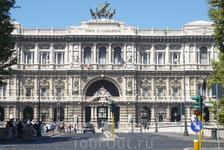 Рим.  Здесь,на  Piazza dei  Tribunali, у здания  Римского Дворца  Юстиции,  мы  вышли  из  автобуса,  где   нас  уже ожидала  Елена,гид  по Риму и началась ...