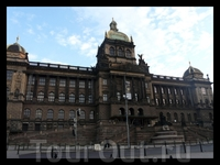 Национальный музей. Вацлавская площадь, 68, Прага-1 Крупнейший Чешский музей, основанный в 1818 году, находится в здании, построенном в неоренессансном стиле (1885-1890 г.г.) и представляет собой до