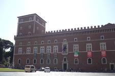 Рим.На площади Венеции два дворца,  один из которых ( на фото) построен в XV веке, в 1455 году,  для  венецианского кардинала  Пьетро  Барбо, будущего  Папы Павла II, а   после 1567 года  во  дворце