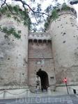 Напоследок мы решили посмотреть еще одну достопримечательность, которая находилась недалеко от вокзала - Ворота Куарт (Torres de Cuart). Ворота когда-то ...
