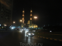 Вечером многие мечети очень эффектно подсвечиваются.