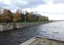 На той стороне канала начинается Петровский парк