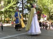 Шествие гигантов. В принципе, как и большинство мероприятий на этих праздниках, такие шествия - большая радость для детей и на них приходят посмотреть ...