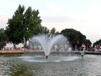 В окружающих Дебод фонтанах плещутся дети.