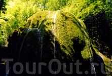 Этот водопад зовется то ли Хрустальный, то ли Серебряный. Легенда (она очень длинная, я не запомнила) гласит, что если пройти под струями, то сбудутся ...