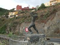 Памятник гуанчу, который поняв, что испанцы их захватили, готов броситься со скалы...